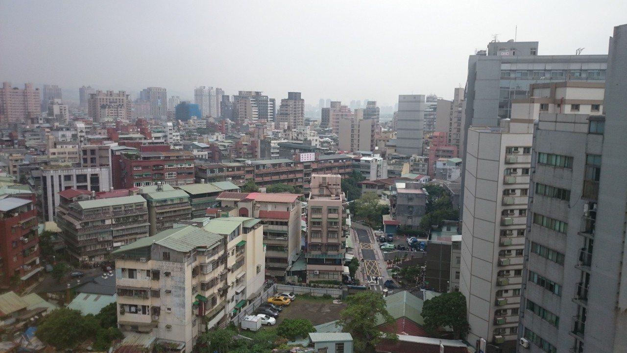 台北市議會日前三讀通過「土地使用分區管制自治條例」,三讀過後,台北市的面前道路4...