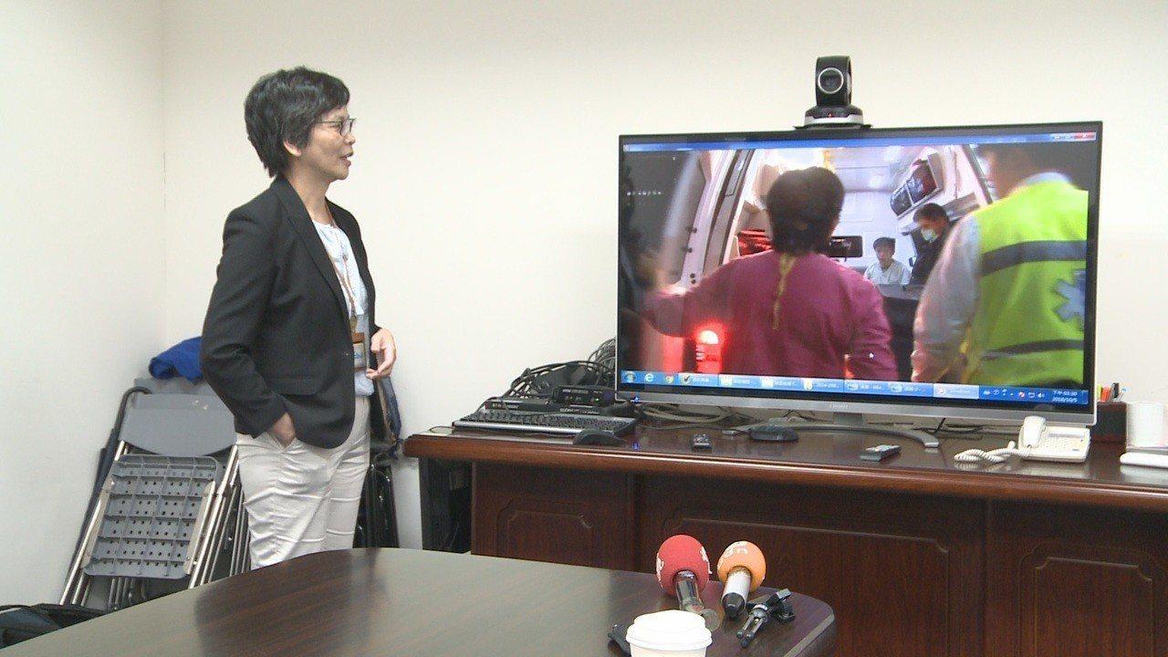 柯文哲辦公室主任蔡壁如看著當年台大醫院急救病患使用葉克膜的畫面,相幫感慨。記者徐...