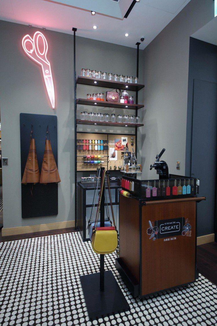 COACH在台中大遠百開設現代奢華概念店,並推出專屬訂製服務。圖/COACH提供