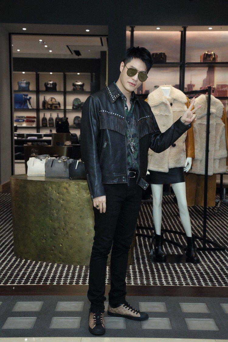 周湯豪穿西部風格襯衫10,800元、西部風格皮革外套75,800元、Signat...