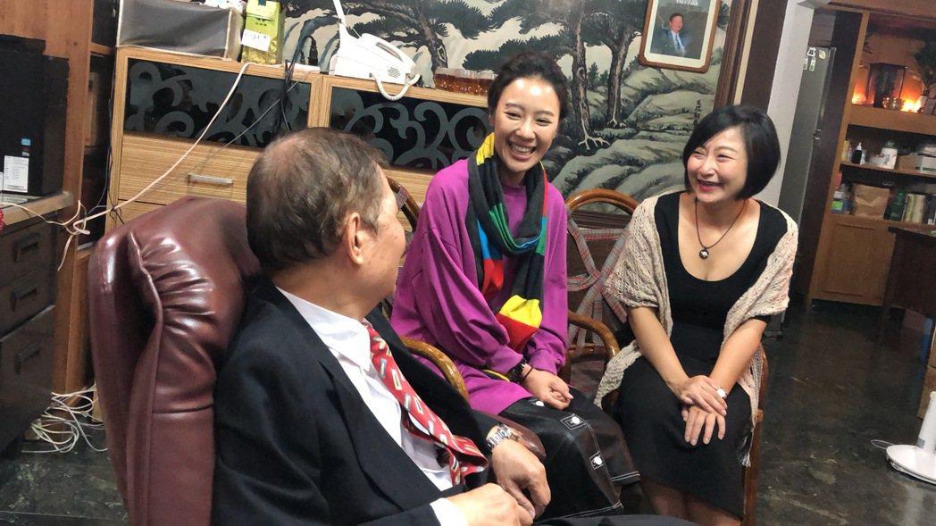 廖怡裬(右起)、方宥心與「外鄉女」作者楊青矗相談甚歡。圖/民視提供
