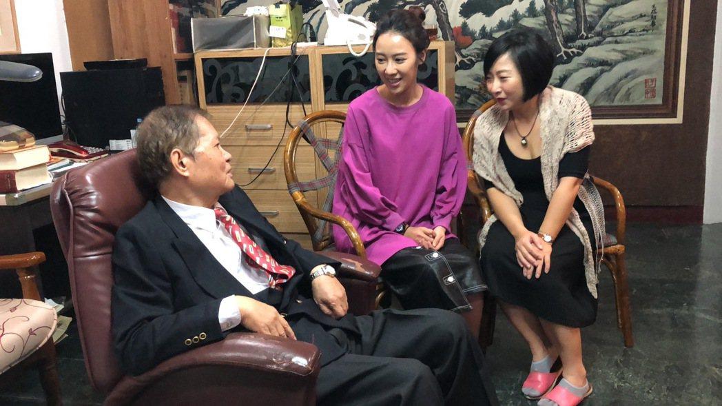 廖怡裬(右起)、方宥心特別探訪「外鄉女」作者楊青矗。圖/民視提供
