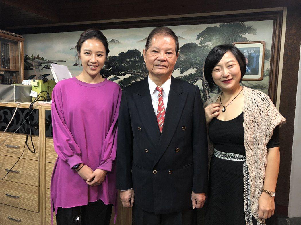 方宥心(左起)、「外鄉女」作者楊青矗、廖怡裬金鐘前夕相聚。圖/民視提供