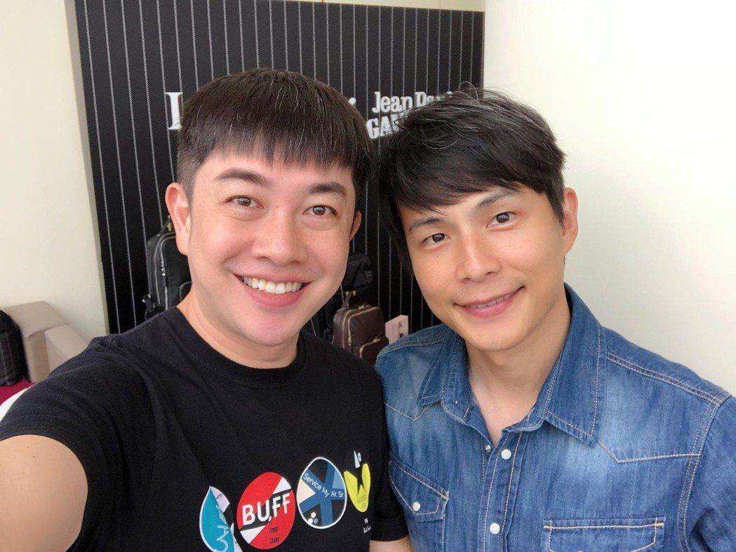 孫協志(右)找來19年前合作娛樂新聞的造型師李明川打理金鐘造型,要讓觀眾眼睛一亮...