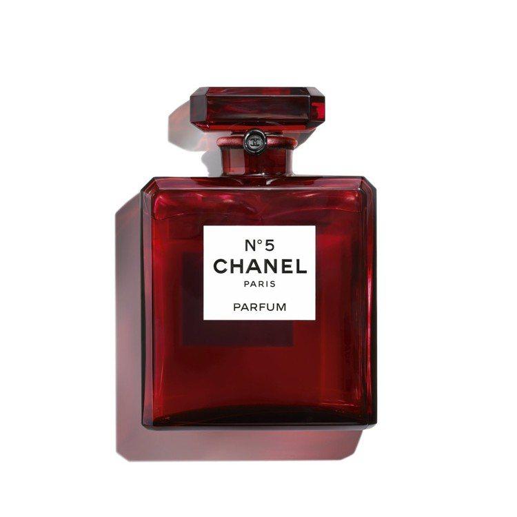 香奈兒N°5香精紅色巴卡拉水晶限定版的瓶身設計展現極致工藝。圖/香奈兒提供