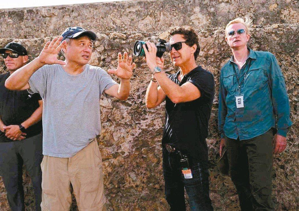 李安(前左)在「雙子殺手」外景地,為工作人員解說如何捕捉精采畫面。 圖/摘自In