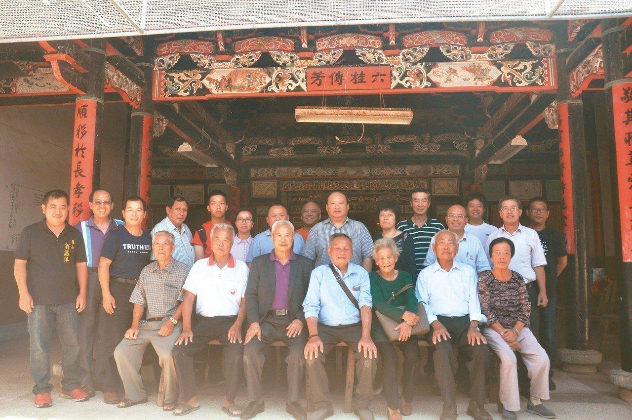 祖籍在金門盤山的80歲老人翁卓慶(右四)帶著家人回到故鄉尋根,並到翁氏宗祠上香合...