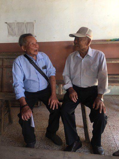 80歲老人翁卓慶(左)與堂兄翁炳輝相認的時刻相當令人感動,不用多說話,長相相似的...