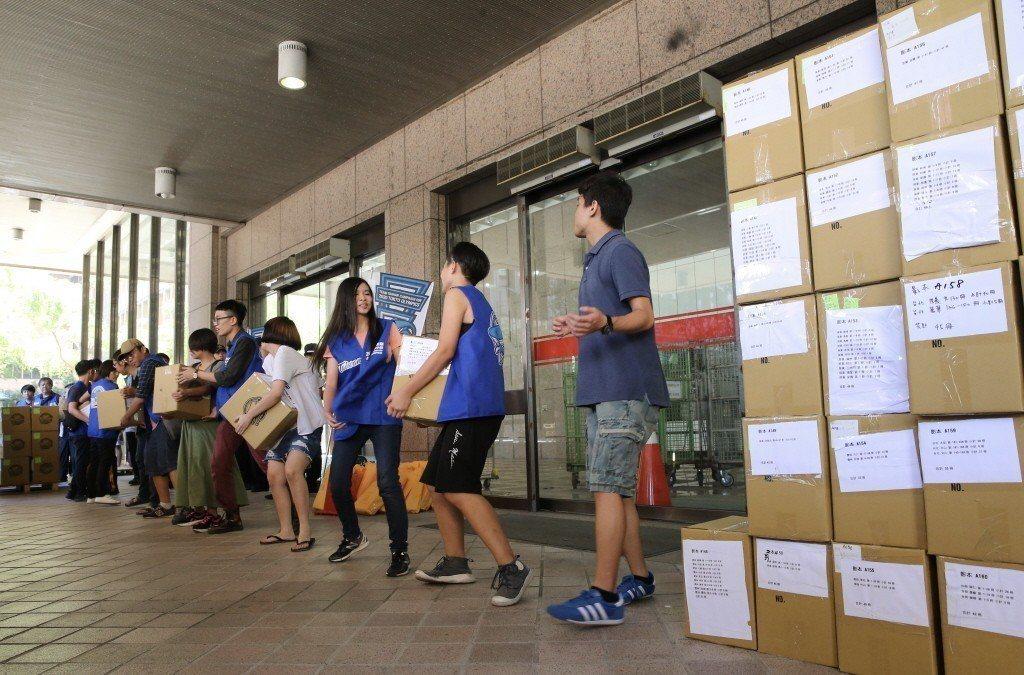 東奧正名行動聯盟九月三日將五十餘萬份公投連署書送件中選會。 圖/聯合報系資料照片