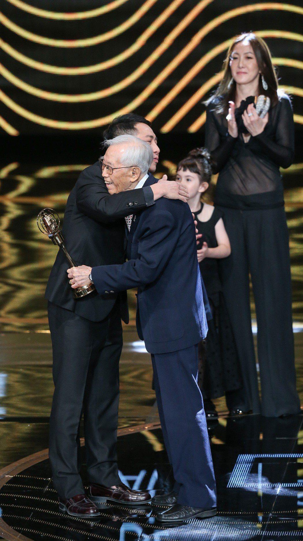 高振鵬(右)獲頒特別貢獻獎,與頒獎人屈中恆(左)擁抱。記者林澔一/攝影