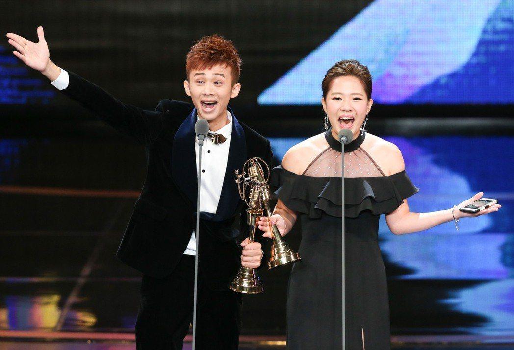 鍾依芹(右)與吳政迪(左)獲兒童少年節目主持人獎。記者林澔一/攝影