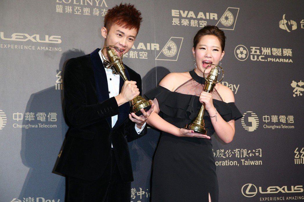 第五十三屆金鐘獎,鍾依芹(右)與吳政迪獲兒童少年節目主持人獎。記者王騰毅/攝影