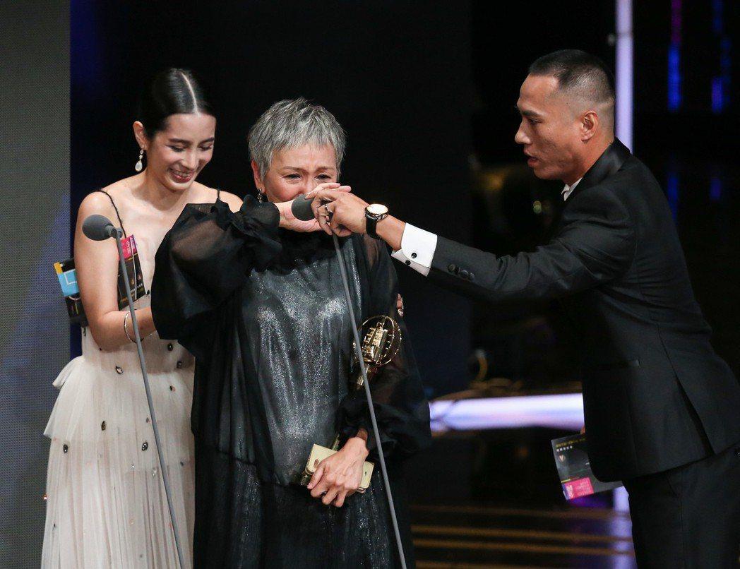 陸弈靜(中)獲迷你劇集(電視電影)女主角獎,頒獎人溫貞菱(左)、莊凱勛(右)。記