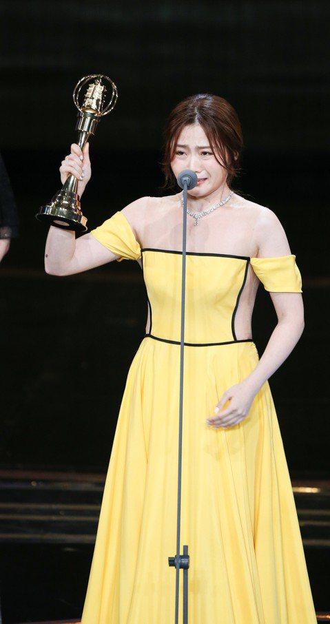 童星就入行的楊小黎,以客語劇「台北歌手」獲金鐘獎最佳戲劇節目女配角獎,上台時情緒激動,泫然欲泣。她雖有非常豐富的演出經驗,卻不會說客語、必須硬背住所有台詞,獲獎也感謝「台北歌手」的男主角莫子儀激勵,...