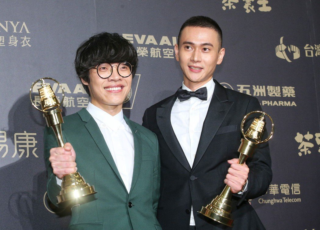 劉冠廷(右)獲戲劇節目男配角獎,與盧廣仲(左)合影。記者鄭清元/攝影
