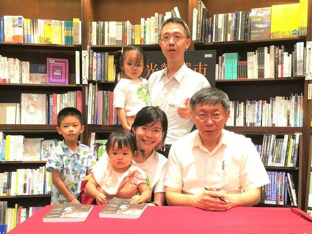 台中市市議員參選人賴怡均(前右二)和丈夫魏嘉慶(後立)都是醫師。圖/賴怡均提供
