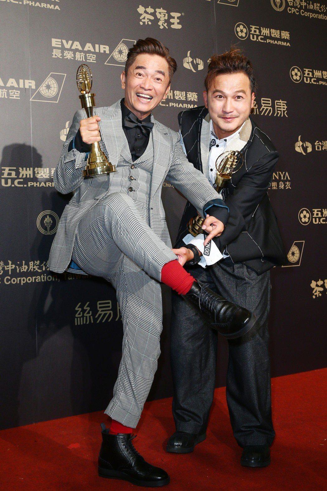 第五十三屆金鐘獎,吳宗憲(左)、KID(林柏昇)獲益智及實境節目主持人獎。記者王...