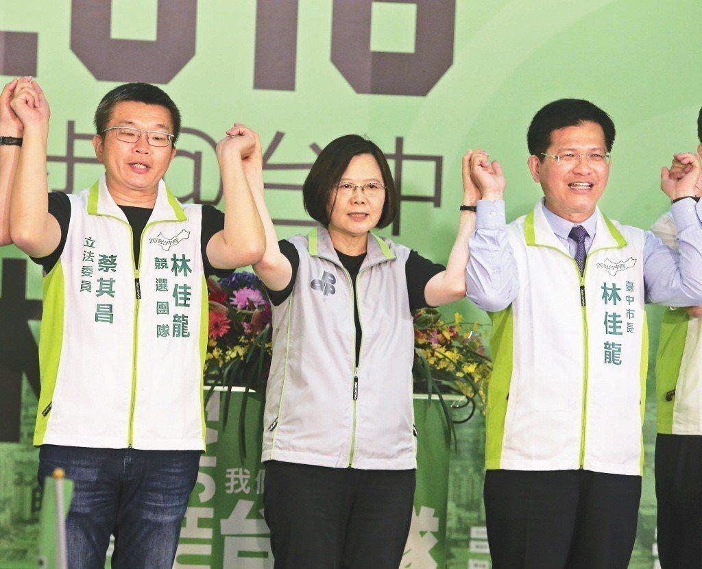 蔡總統(中)上月出席林佳龍競選總部成立大會,提到這次選舉有很多假新聞。 圖/聯合...