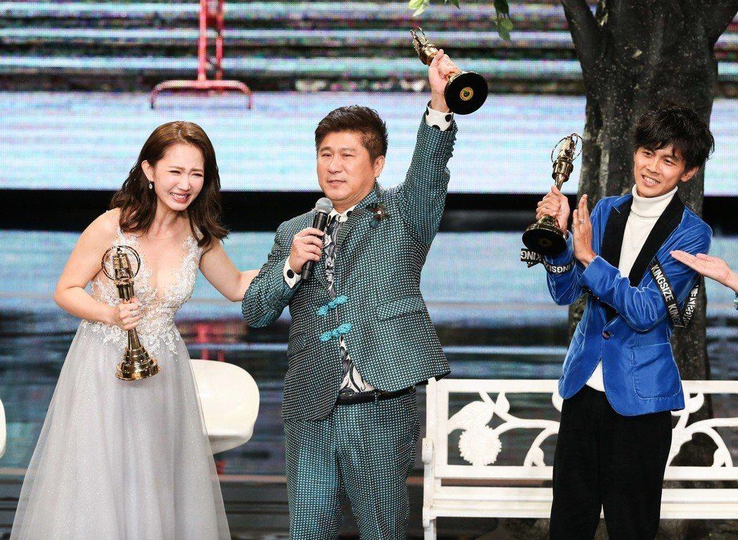 胡瓜(中)、阿翔(右)、謝忻(左)獲綜藝節目主持人獎。記者林澔一/攝影