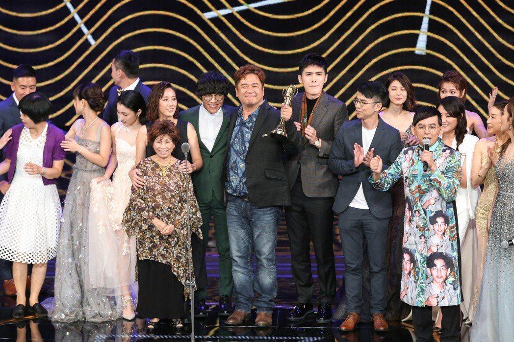 花甲男孩轉大人獲戲劇節目獎,導演瞿友寧(中)感謝大家。記者林澔一/攝影