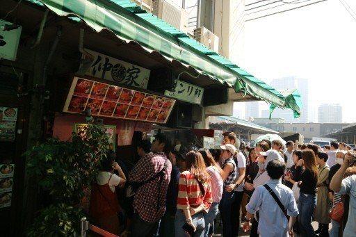 築地場內市場吹響熄燈號,6日最後營業日吸引大批民眾。 東京記者蔡佩芳/攝影