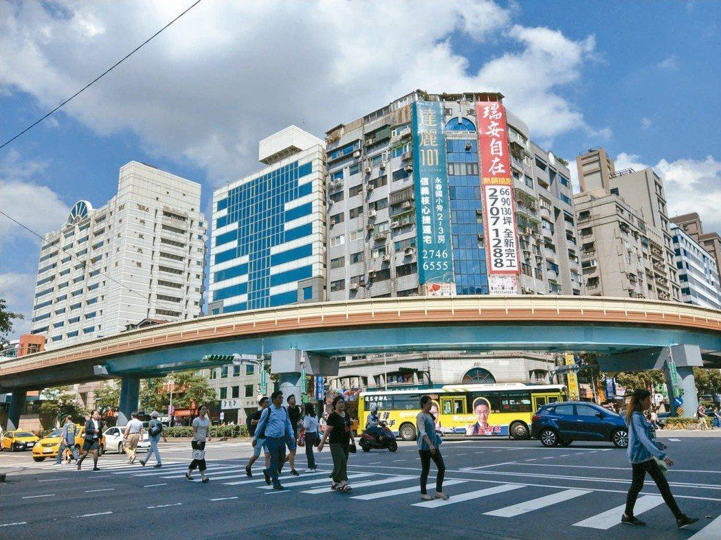 台北市捷運科技大樓周遭文教機能卓越且綠海森林浩瀚,交通及人口密度在大安區裡相對不...