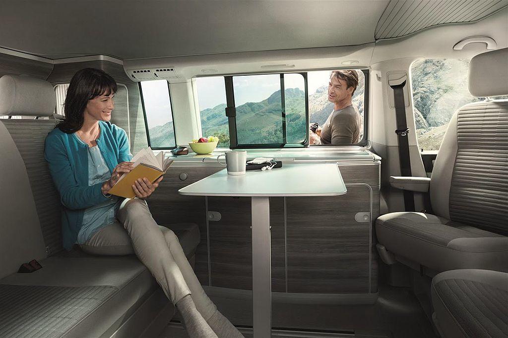 除駕駛座椅可旋轉到後方外,車艙內依然有多項專屬配備,如220V電源供應、寬敞滑門與前後無段調整滑軌後座、爐烹飪瓦斯爐、不鏽鋼清洗水槽、冷藏冰箱、流理台櫥櫃、置衣櫃等。 圖/福斯商旅提供