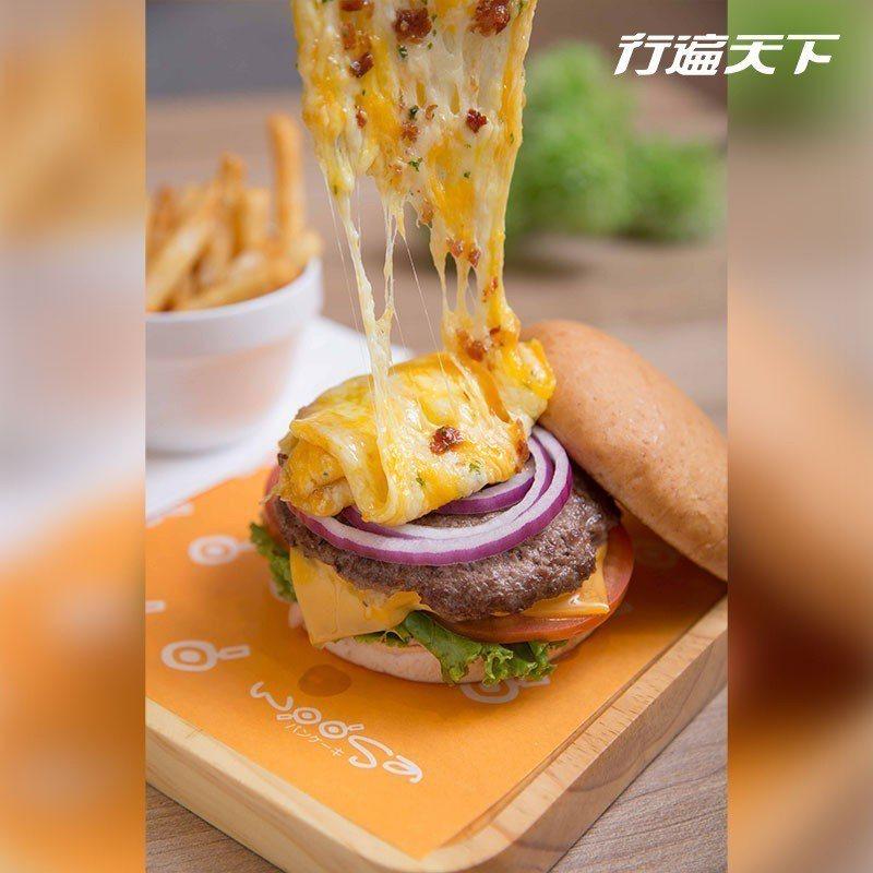 起司瀑布和牛堡上桌時會將融化的雙色起司緩緩倒在漢堡上,也融化了客人的心。  攝影...