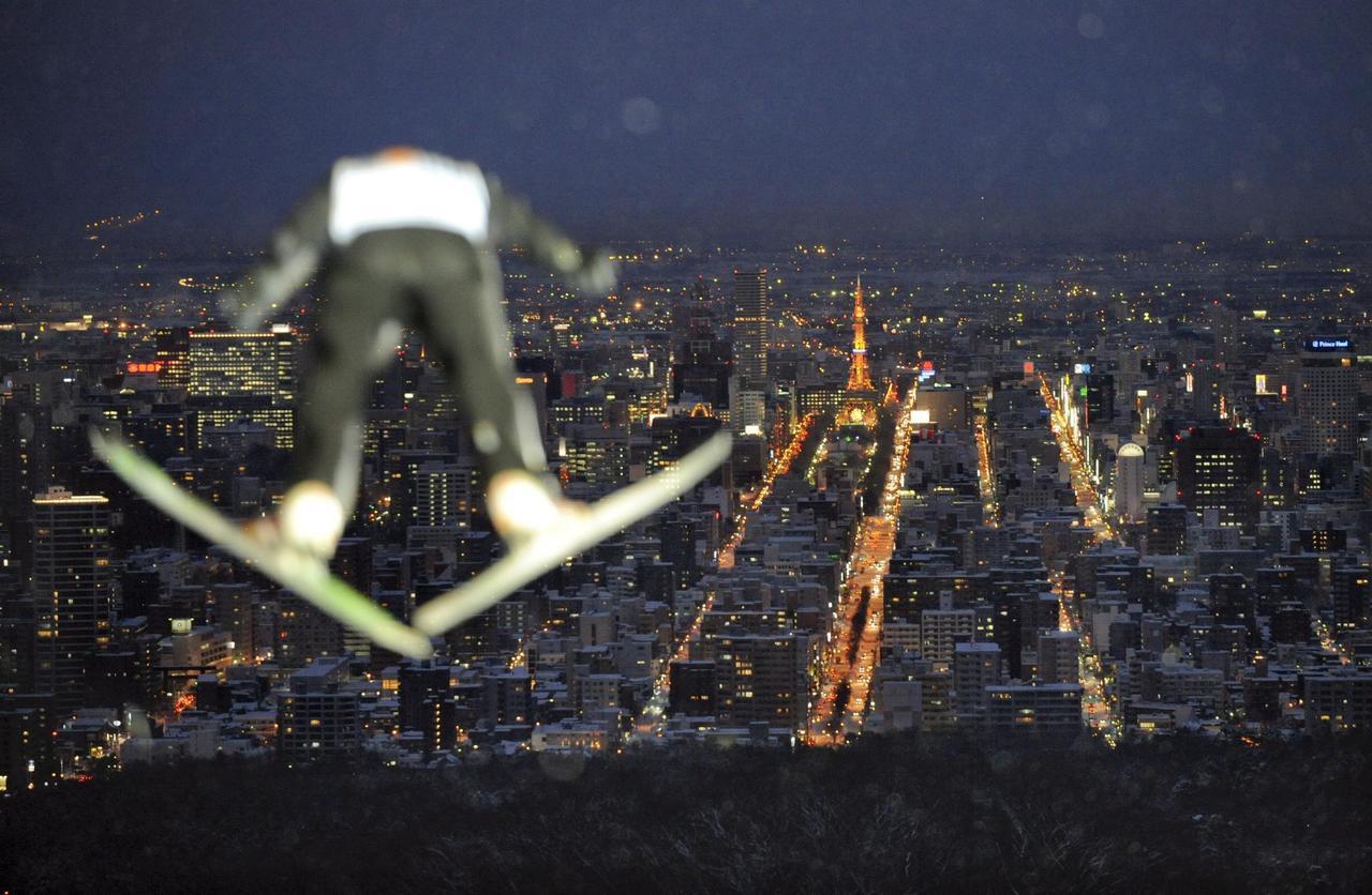 札幌蟬聯日本最佳夜景的第二名。圖為2008年世界盃滑雪選手跳躍練習。圖/歐新社