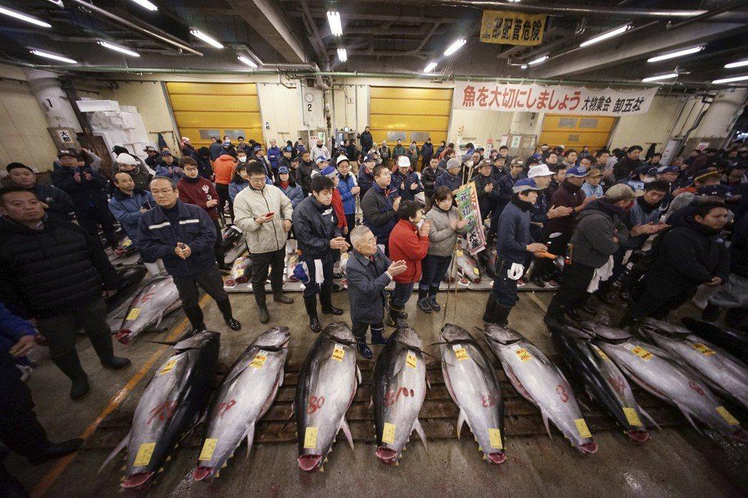 今天是日本東京築地市場營業的最一天,中午拍賣結束後,宣告83年的歷史畫上句點。圖/美聯社
