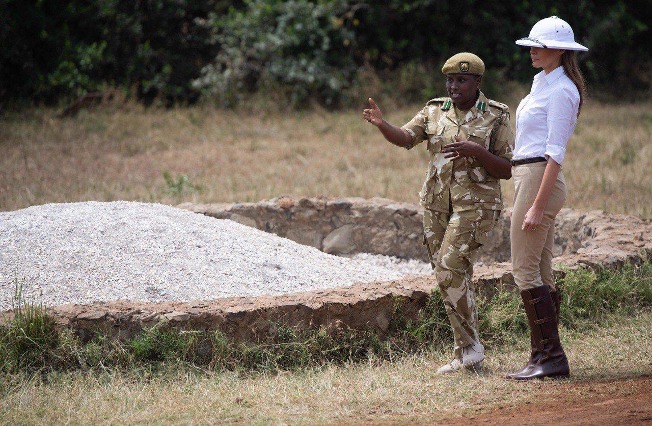 美國第一夫人梅蘭妮亞(右)5日前往肯亞奈洛比國家公園觀光,她穿了騎馬褲配長靴,並...