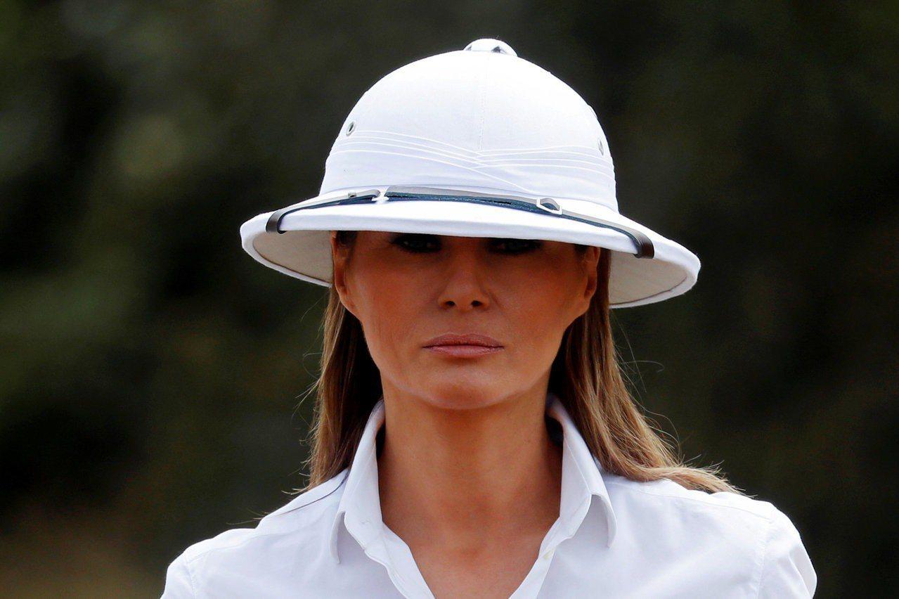 梅蘭妮亞頭上戴的白色遮陽帽引起爭議。路透