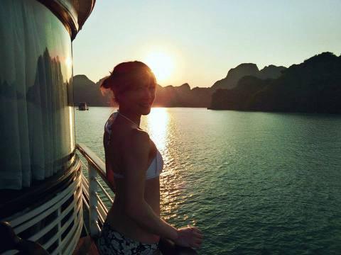 東森主播吳宇舒氣質外貌向來被視為女神代表之一,她平常不輕易以性感裝扮示人,不過她日前到越南旅遊,人到了國外,尺度也跟著大解放,她難得換上比基尼,並在臉書釋出辣照,只是照片中的她背對夕陽,側身角度讓粉...