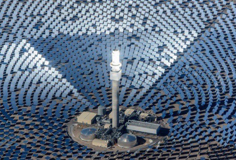 太陽能公司「Solar Reserve」打造集熱式太陽能熱發電場,一萬面向日鏡將...