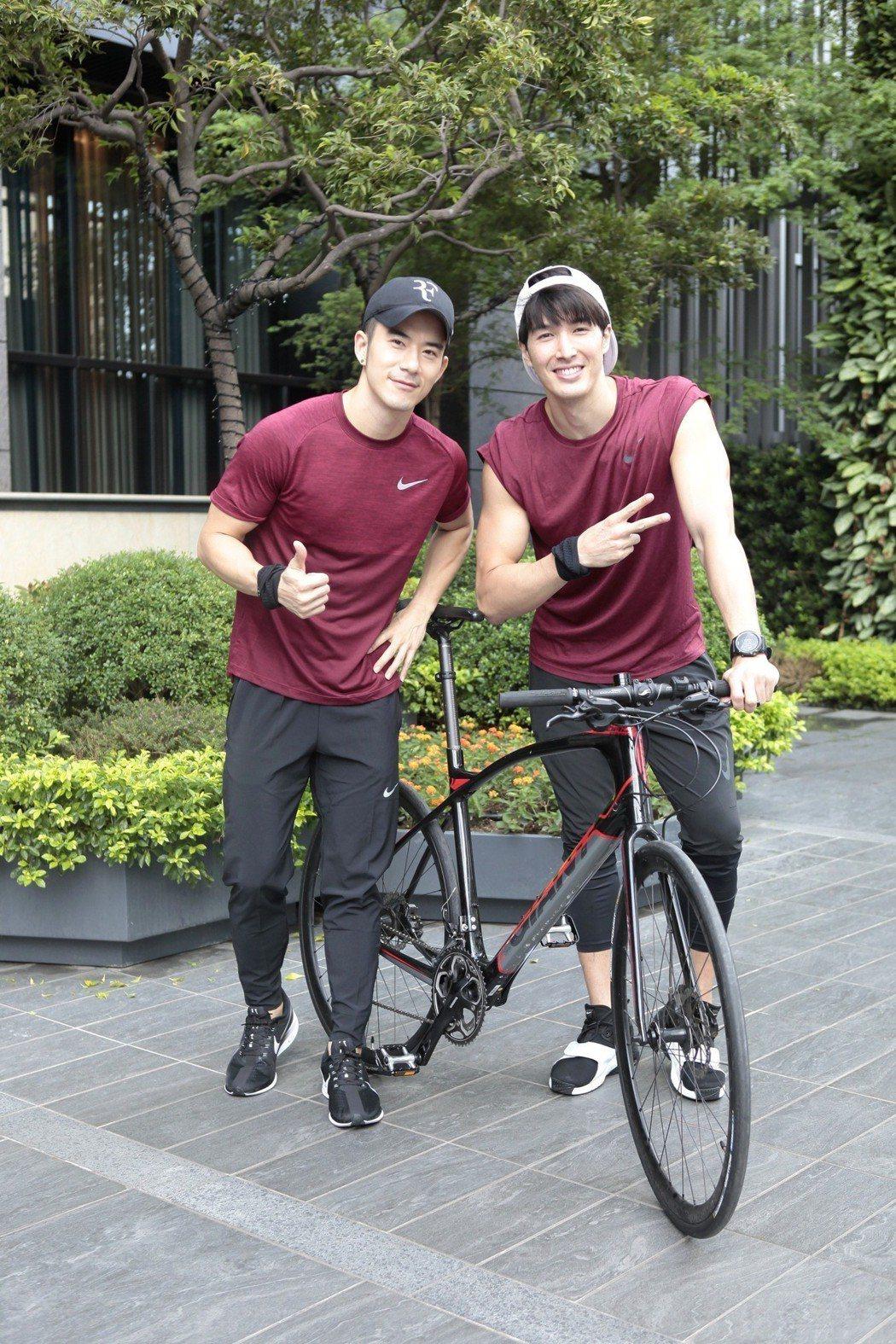 錦榮(右)素顏騎單車出席,跟JR紀言愷一起做公益。圖/新視紀整合行銷提供