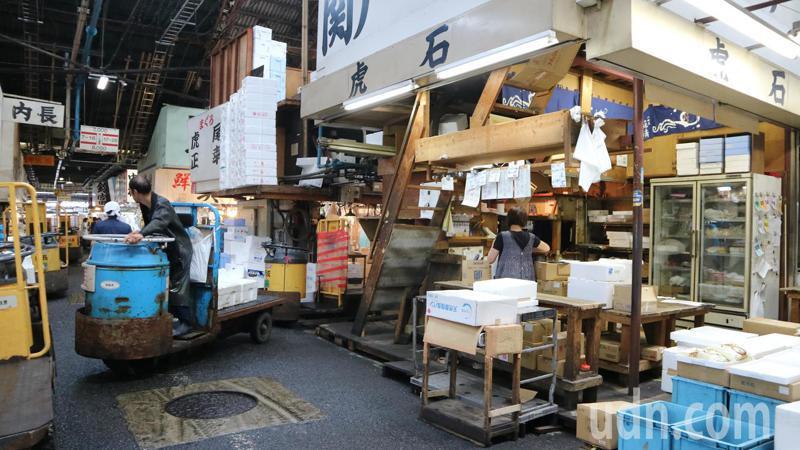 有日本廚房之稱的築地市場已有83年歷史,但也因為建物老朽化,衍生衛生等問題,決定遷建豐洲,今天正式謝幕。東京記者蔡佩芳/攝影