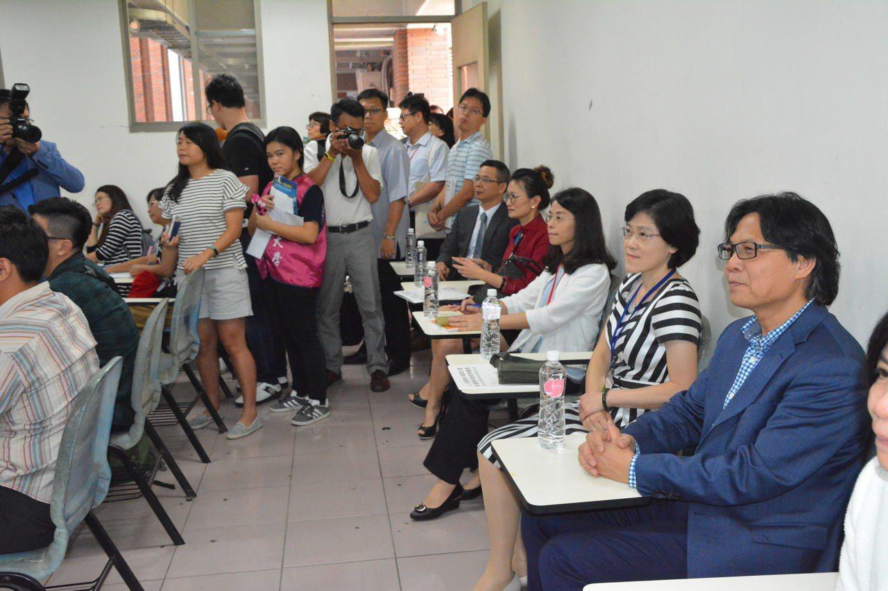 教育部長葉俊榮(右)在教室聽高中校長公開授課。記者吳淑玲/攝影
