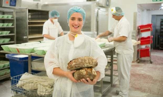 倫敦Gail's麵包連鎖店負責開發新產品的烘焙師羅吉.巴杜展示她研發的「剩麵包」...