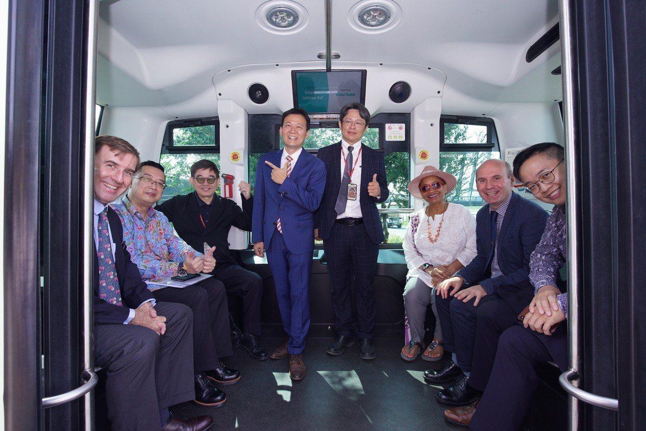 故宮南院亞洲藝術節-新加坡藝術月開幕日結合「自動駕駛科技」,讓遊園民眾有機會親身...