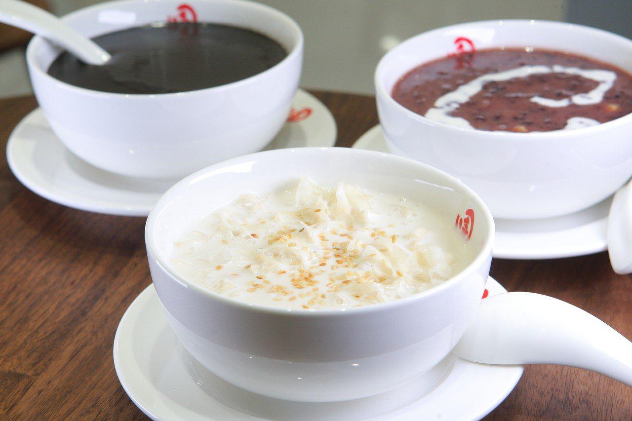 佳佳甜品A11店店內販售多款招牌甜湯。記者陳睿中/攝影