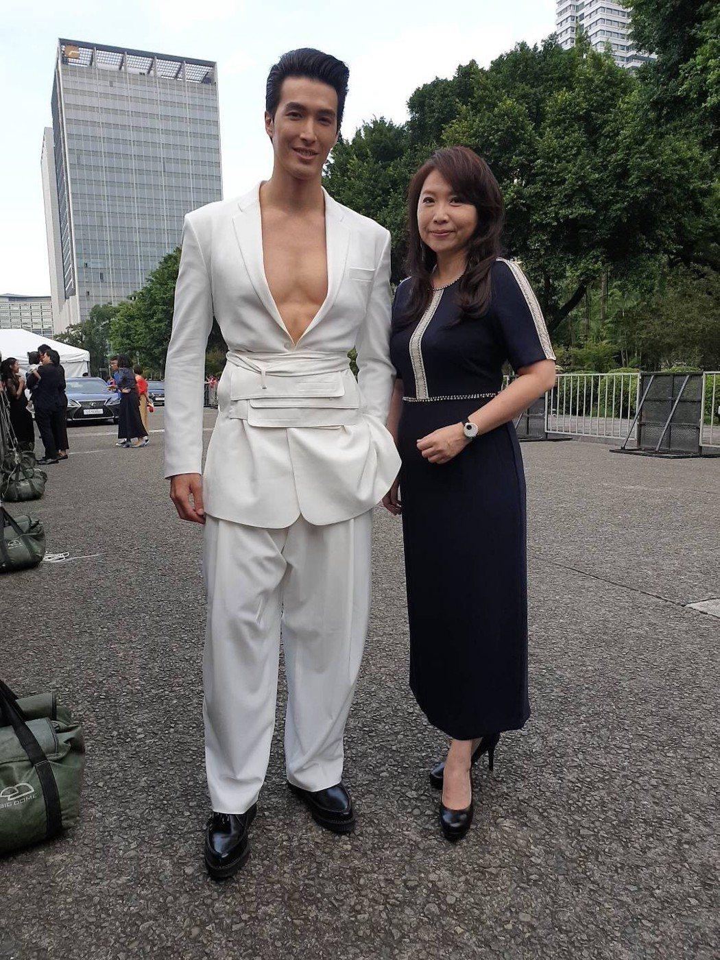 錦榮與亞旅台總經理攜手走紅毯。圖/亞旅台提供