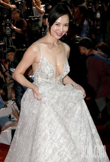 第53屆金鐘獎,天心走星光大道性感服裝大方展現好身材。