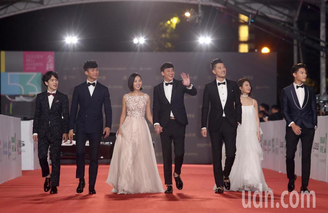 何潤東(左四)與老婆林姵希(左三)等人走星光大道。記者陳立凱/攝影