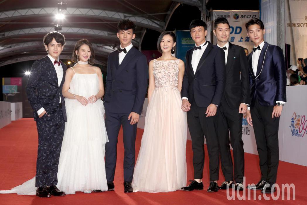 何潤東(右三)與老婆林姵希(右四)等人走星光大道。記者陳立凱/攝影