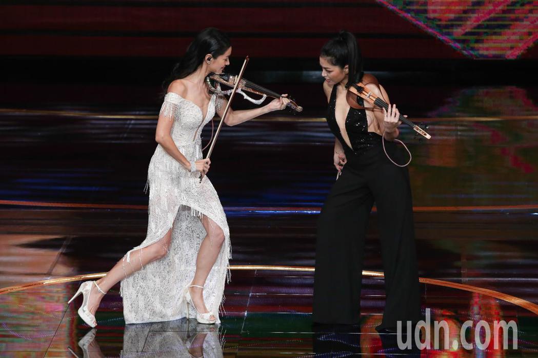 Janet(左)與康妮媚(右)演出第53屆金鐘獎開幕。記者林澔一/攝影