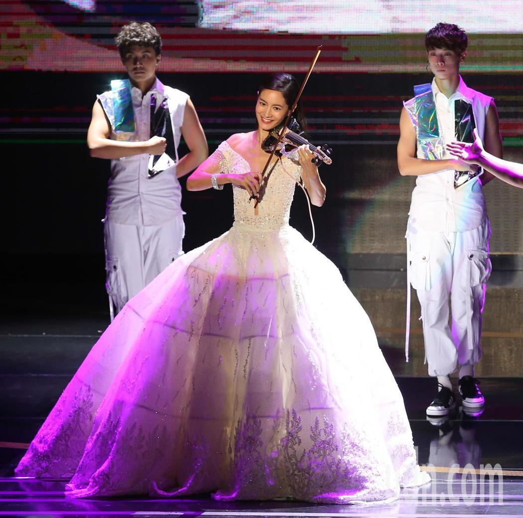Janet演出第53屆金鐘獎開幕。記者林澔一/攝影