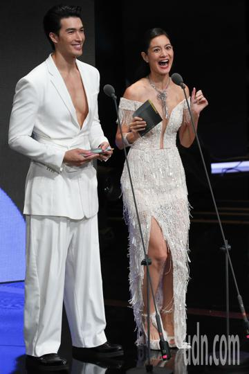 Janet與錦榮擔任第一組金鐘頒獎人,兩人台上互動熱絡。