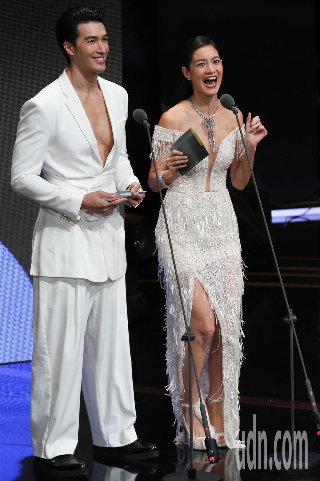 Janet(右)與錦榮(左)擔任第一組金鐘頒獎人。記者林澔一/攝影