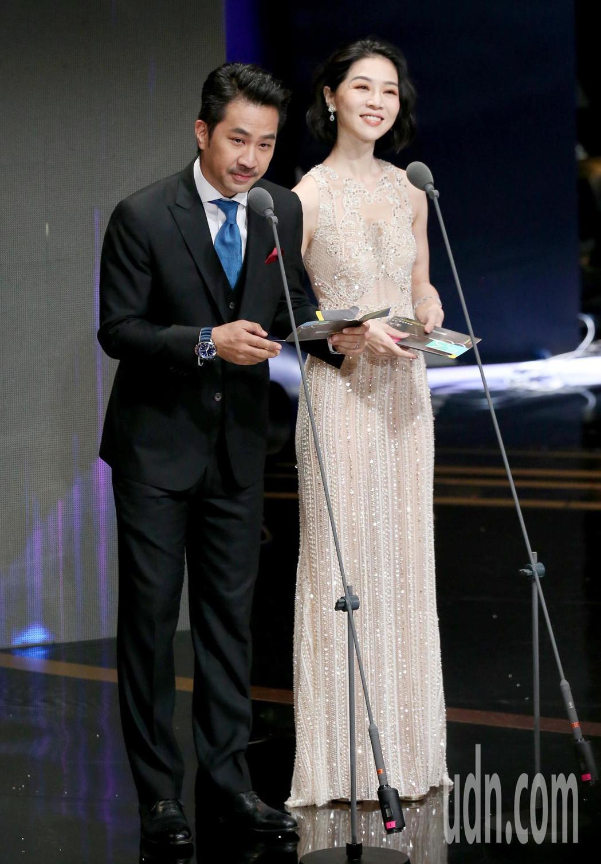 黃健瑋(左)與謝盈萱(右)擔任頒獎人。記者林澔一/攝影