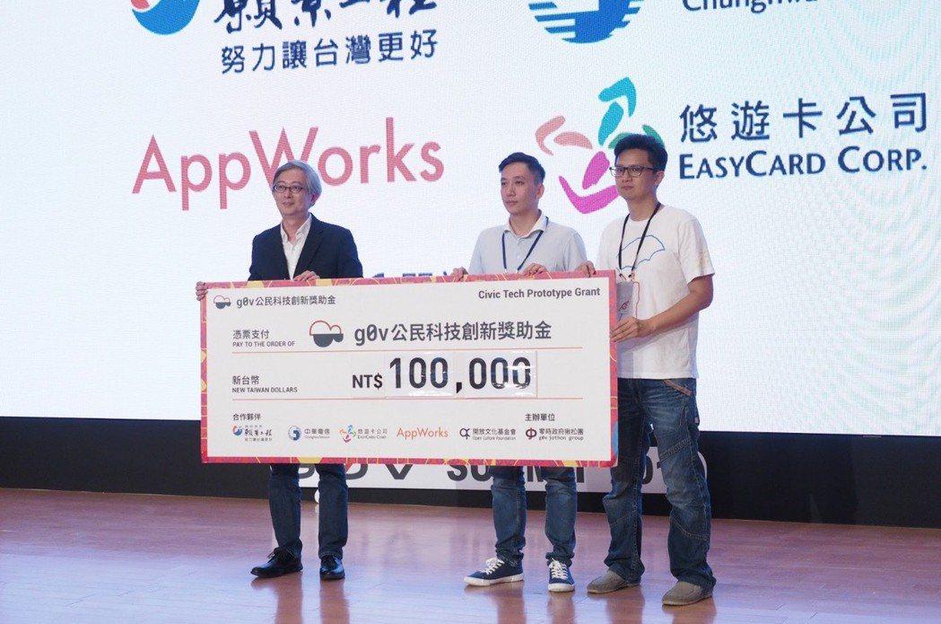 聯合報系「願景工程」策略長何振忠(左)頒發加碼獎10萬元鼓勵「台灣路更平」專案。...